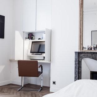 Réalisation d'un petit bureau design avec un bureau intégré, un mur blanc et un sol en bois clair.