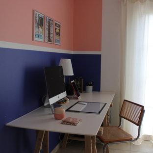 他の地域の中サイズのエクレクティックスタイルのおしゃれな書斎 (紫の壁、セラミックタイルの床、暖炉なし、自立型机、ベージュの床) の写真