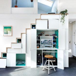 Неиссякаемый источник вдохновения для домашнего уюта: маленький кабинет в скандинавском стиле с библиотекой, белыми стенами, полом из винила, печью-буржуйкой и серым полом