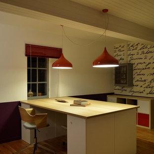 ボルドーの広いコンテンポラリースタイルのおしゃれな書斎 (白い壁、ラミネートの床、造り付け机、ベージュの床) の写真