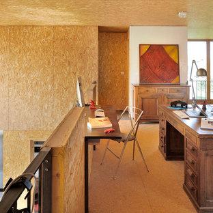 Стильный дизайн: большое рабочее место в стиле фьюжн с полом из фанеры, отдельно стоящим рабочим столом и желтыми стенами - последний тренд