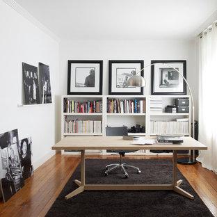 Idée de décoration pour un bureau design de taille moyenne avec un mur blanc, un sol en bois brun, un bureau indépendant et un sol marron.