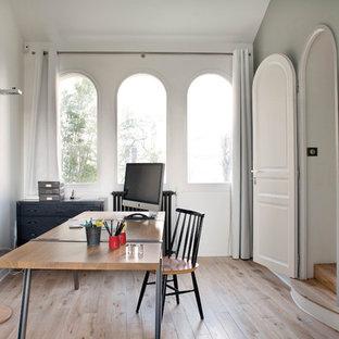Idée de décoration pour un bureau urbain de taille moyenne avec un mur blanc, un bureau indépendant et un sol en bois clair.