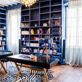 Inspiration pour un bureau bohème avec un mur bleu, un sol en bois brun et un bureau indépendant.