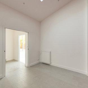 Idee per un ufficio contemporaneo di medie dimensioni con pareti rosse, pavimento con piastrelle in ceramica, scrivania autoportante e pavimento grigio