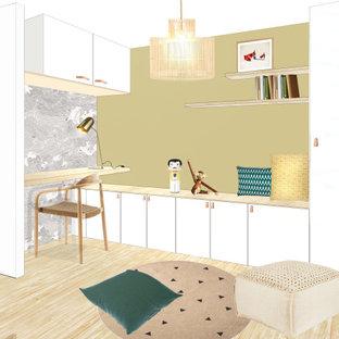 Неиссякаемый источник вдохновения для домашнего уюта: маленький кабинет в скандинавском стиле с библиотекой, желтыми стенами, светлым паркетным полом, встроенным рабочим столом, бежевым полом и обоями на стенах без камина