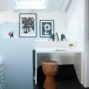 Inspiration pour un petit bureau marin avec un mur blanc, un sol en bois foncé, aucune cheminée et un bureau intégré.