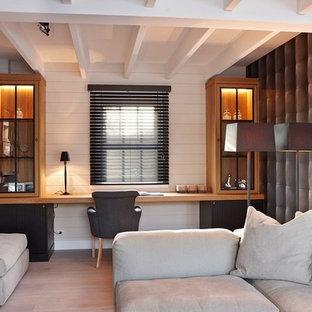 Cette image montre un bureau rustique de taille moyenne avec un mur blanc, un sol en bois clair et un bureau intégré.