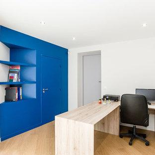Idée de décoration pour un bureau design avec un mur bleu, un sol en bois brun, aucune cheminée et un bureau indépendant.
