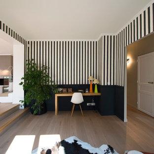Idée de décoration pour un grand bureau design avec un mur multicolore, un sol en bois clair et un bureau indépendant.