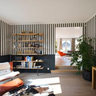 Idées déco pour un grand bureau contemporain avec un mur multicolore, un sol en bois clair et un bureau indépendant.