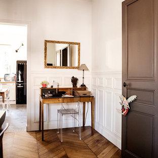 Idée de décoration pour un bureau design avec un mur blanc, un sol en bois brun et un bureau indépendant.