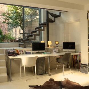 Inspiration pour un bureau design de taille moyenne avec un mur blanc, moquette, aucune cheminée et un bureau indépendant.