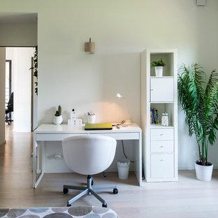 Inspiration pour un bureau design de taille moyenne avec un mur blanc, un sol en bois clair, aucune cheminée et un bureau indépendant.