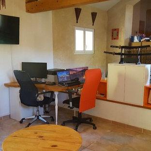 マルセイユの小さいアジアンスタイルのおしゃれな書斎 (白い壁、セラミックタイルの床、暖炉なし、自立型机、ベージュの床) の写真