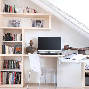 Idée de décoration pour un bureau design de taille moyenne avec un sol en bois clair, un bureau intégré, un mur blanc, aucune cheminée, un sol marron et un plafond en poutres apparentes.