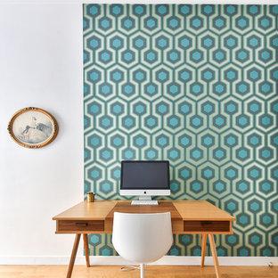 Aménagement d'un bureau contemporain de taille moyenne avec un mur multicolore, un sol en bois clair et un bureau indépendant.