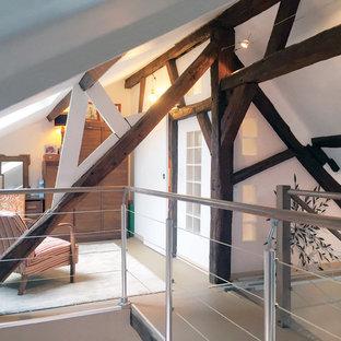 アンジェの小さいカントリー風おしゃれなホームオフィス・書斎 (ライブラリー、白い壁、リノリウムの床、暖炉なし) の写真