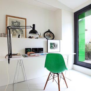 Cette photo montre un bureau scandinave avec un mur blanc, un bureau indépendant et un sol blanc.