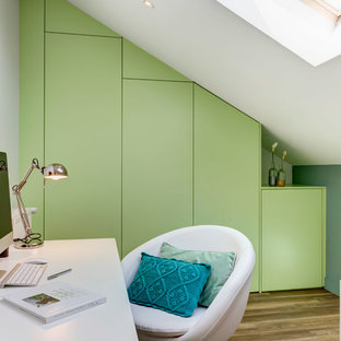 Inspiration pour un bureau design de taille moyenne avec un mur vert, un sol en bois brun et un bureau indépendant.