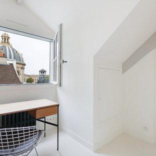 Cette photo montre un petit bureau moderne avec un mur blanc, aucune cheminée et un bureau indépendant.