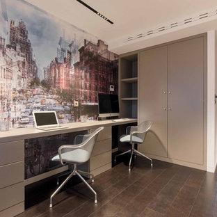 Exemple d'un grand bureau moderne avec un mur beige, un sol en bois foncé, aucune cheminée et un bureau intégré.