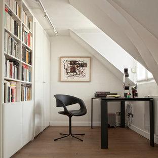 Cette photo montre un bureau chic avec un mur blanc, un sol en bois brun, un bureau indépendant et un sol marron.
