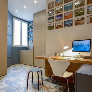 Cette image montre un bureau design de taille moyenne avec un mur beige et un bureau intégré.