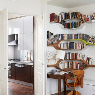 Réalisation d'un bureau design avec un mur blanc, un sol en bois foncé et un bureau indépendant.