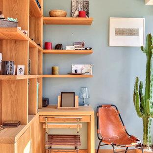 Immagine di un ufficio design di medie dimensioni con pareti blu, pavimento in legno massello medio, nessun camino, scrivania incassata e pavimento marrone