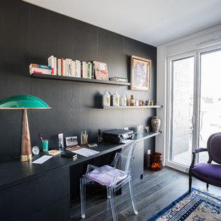 Aménagement d'un bureau éclectique avec un mur marron, un sol en bois foncé et un bureau indépendant.