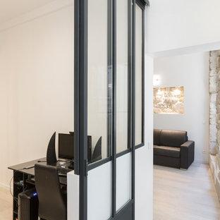 パリの中サイズのコンテンポラリースタイルのおしゃれなクラフトルーム (白い壁、ベージュの床、ラミネートの床、暖炉なし、自立型机) の写真