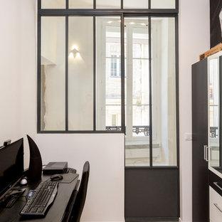 パリの中くらいのコンテンポラリースタイルのおしゃれなクラフトルーム (白い壁、ベージュの床、ラミネートの床、暖炉なし、自立型机) の写真