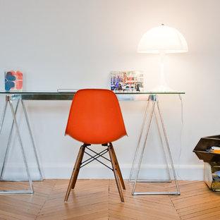 Aménagement d'un petit bureau contemporain avec un bureau indépendant, un mur blanc et un sol en bois brun.