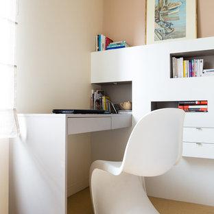 Inspiration för ett litet funkis hemmabibliotek, med beige väggar, bambugolv, beiget golv och ett inbyggt skrivbord
