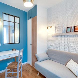 Réalisation d'un petit bureau nordique avec un mur bleu, un sol en bois clair et un bureau indépendant.
