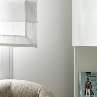 パリの小さいシャビーシック調のおしゃれなホームオフィス・仕事部屋 (ライブラリー、グレーの壁、畳、自立型机、ベージュの床) の写真