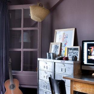 Inspiration för eklektiska hemmabibliotek, med lila väggar, heltäckningsmatta och ett fristående skrivbord