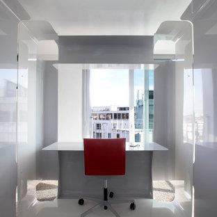 Exemple d'un bureau tendance avec un mur gris, aucune cheminée et un bureau indépendant.