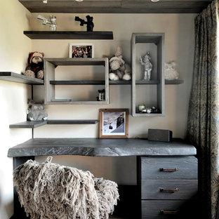 Cette photo montre un bureau tendance avec un mur beige, un sol en bois foncé et un bureau intégré.