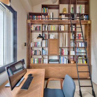 Idéer för ett modernt arbetsrum, med beige väggar, ett fristående skrivbord och beiget golv
