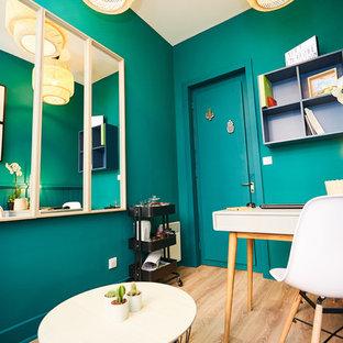 Неиссякаемый источник вдохновения для домашнего уюта: маленькое рабочее место в скандинавском стиле с зелеными стенами, светлым паркетным полом, отдельно стоящим рабочим столом и бежевым полом
