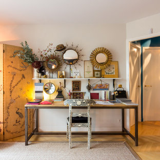 Cette photo montre un bureau éclectique de taille moyenne avec un mur blanc, un sol en bois brun, aucune cheminée et un bureau indépendant.