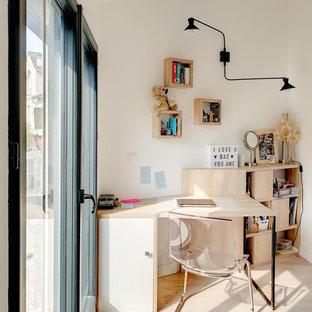 Idées déco pour un bureau contemporain avec un mur blanc, un sol en bois clair, un bureau indépendant et un sol beige.