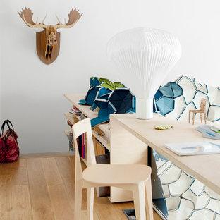 Idée de décoration pour un bureau design de taille moyenne avec un mur blanc et un sol en bois brun.