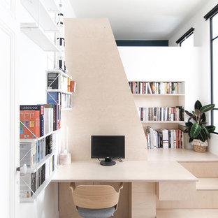Idée de décoration pour un petit bureau nordique avec un mur blanc, un sol en bois clair, aucune cheminée et un bureau intégré.
