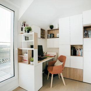 Inspiration pour un bureau design avec un mur blanc, un sol en bois clair, un bureau intégré et un sol beige.
