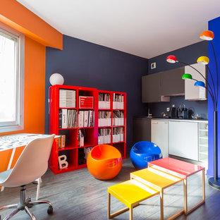 Réalisation d'un bureau design de taille moyenne avec un mur multicolore, un bureau indépendant, un sol gris et un sol en bois brun.