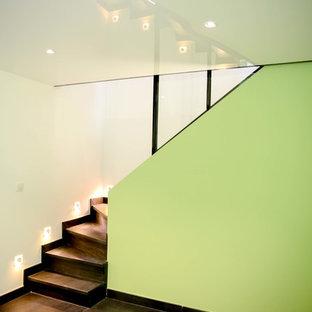 サンテティエンヌの中サイズのおしゃれな書斎 (緑の壁、セラミックタイルの床、暖炉なし、自立型机、黒い床) の写真