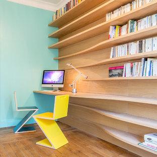 パリの中くらいのコンテンポラリースタイルのおしゃれな書斎 (青い壁、無垢フローリング、造り付け机) の写真